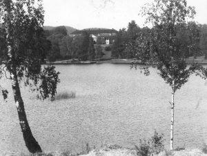 Hovedhuset og noe av parkanlegget sett fra Bogstadvannet, Aker