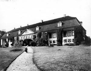 Hovedhuset, fasade sett fra parken, crocket-spiller foran huset, Aker