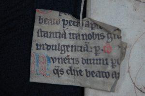 Manuskriptfragment som ble brukt til å forsterke ryggen på en jordebok fra 1648 i Oslo Hospitals arkiv. Foto: Kirsti Gulowsen, Oslo byarkiv.