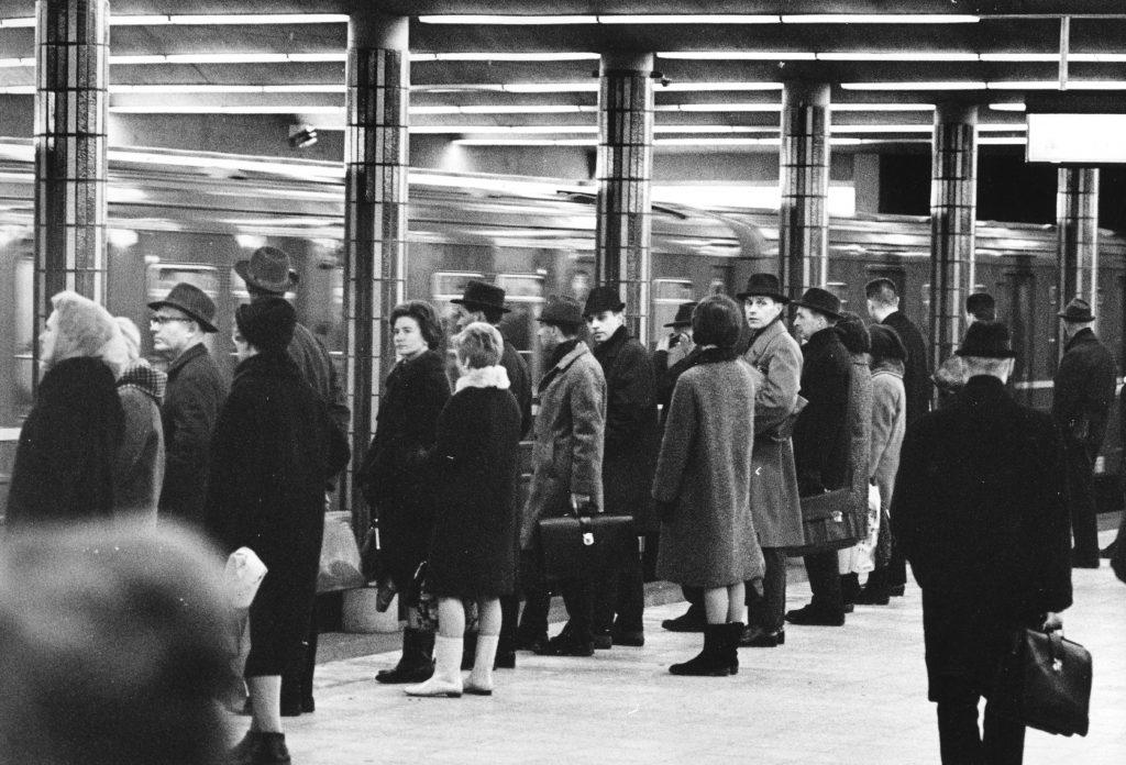 Foto av folk som venter på T-banen på Jernbanetorget stasjon