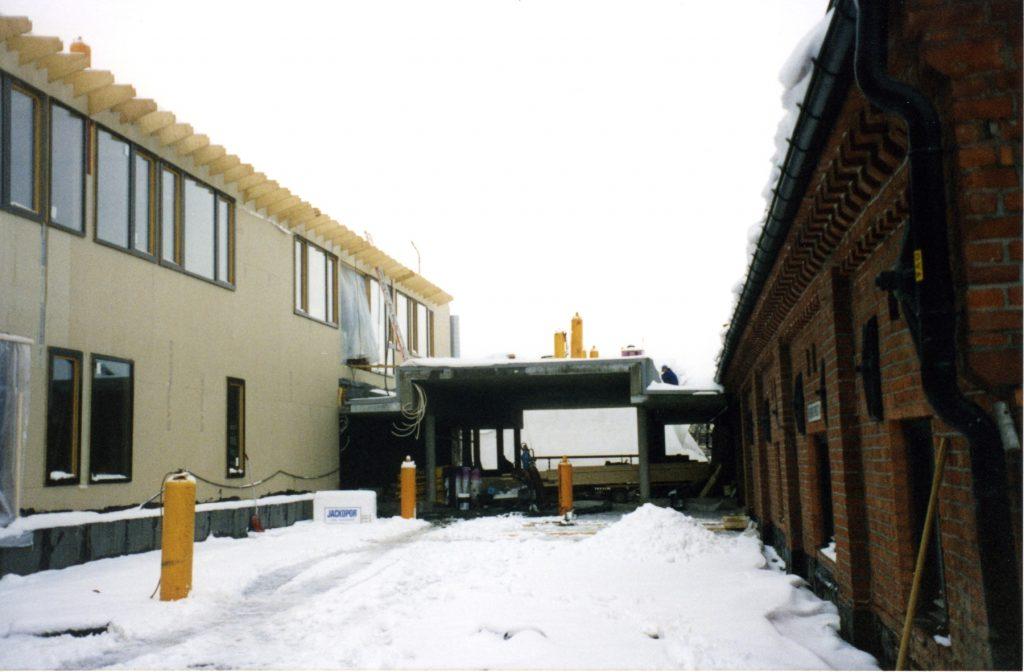 Byarkivets nybygg under oppføring vinteren 1998/1999. To etasjer med kontorer og publikumsarelaer ble bygget på toppen av det gamle mineralvannlageret til Nora i Maridalsveien 3. Foto: Oslo byarkiv.