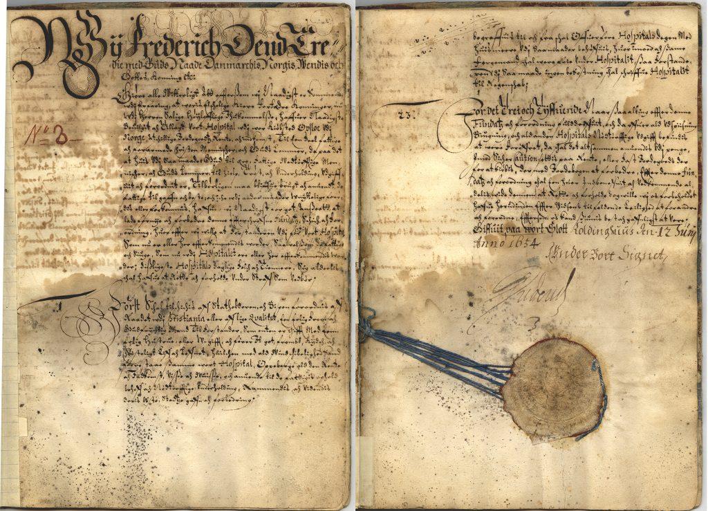 Første og siste side av den kongelige fundasen, altså vedtektene, for vort Hospital udj vor Kiøbstad Opsloe udj Norge fra 1654. Kong Frederik har selv signert fundasen. Fra arkivet etter Oslo hospital (A-10422/Da/01)