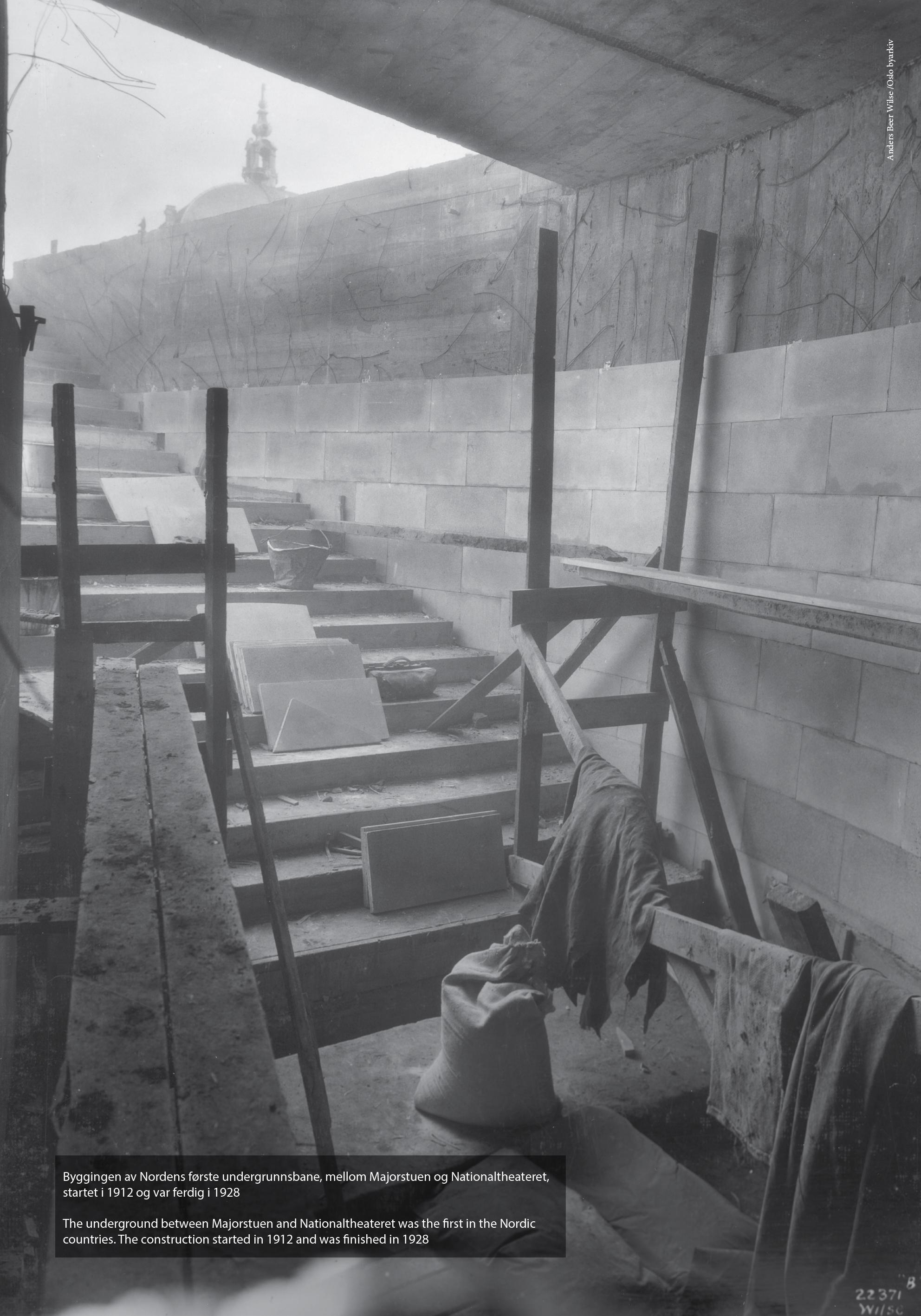 Nedgangen til Nationaltheatret stasjon under utbyggingen av undergrunnsbanen mellom Majorstuen og Nationaltheatret, ukjent år. Fotograf: Wilse. År: ukjent. (A-40203_Uaa_0004_017)